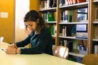 Studente in biblioteca
